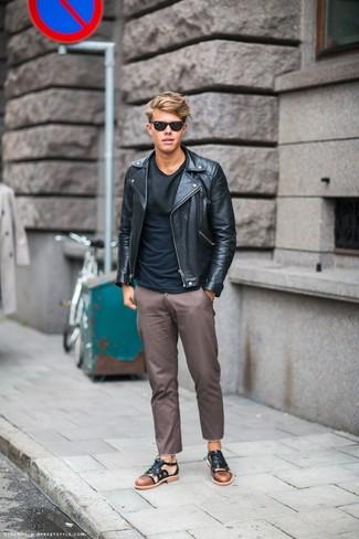 Comment porter un pantalon chino marron: Associe une veste motard en cuir noire avec un pantalon chino marron pour une tenue confortable aussi composée avec goût. D'une humeur créatrice? Assortis ta tenue avec une paire de des sandales en cuir noires.
