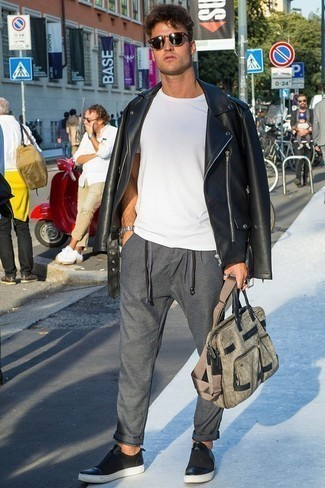Comment porter une serviette en toile grise: Associe une veste motard en cuir noire avec une serviette en toile grise pour un look idéal le week-end. Opte pour une paire de des baskets basses en cuir noires pour afficher ton expertise vestimentaire.