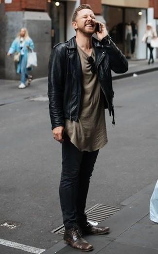 Un pantalon chino à porter avec des chaussures derby marron foncé: Essaie d'associer une veste motard en cuir noire avec un pantalon chino pour une tenue confortable aussi composée avec goût. Complète cet ensemble avec une paire de des chaussures derby marron foncé pour afficher ton expertise vestimentaire.