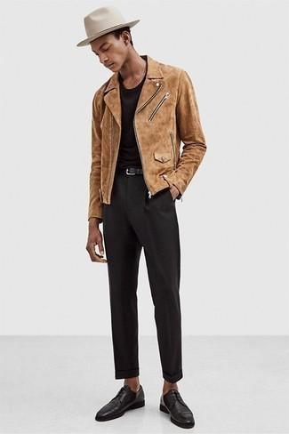 Comment porter un chapeau en laine beige: Choisis une veste motard en daim marron clair et un chapeau en laine beige pour une tenue relax mais stylée. Apportez une touche d'élégance à votre tenue avec une paire de des chaussures derby en cuir noires.