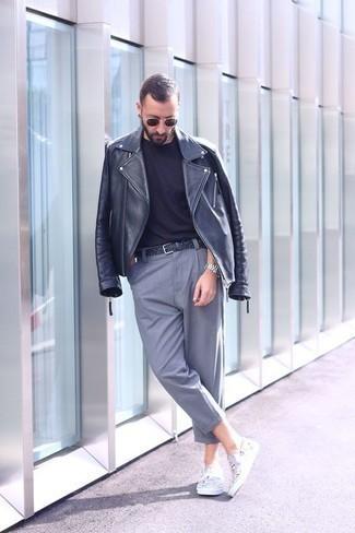 Comment porter une ceinture en cuir tressée noire: Pour une tenue aussi confortable que ton canapé, pense à harmoniser une veste motard en cuir gris foncé avec une ceinture en cuir tressée noire. Une paire de des baskets à enfiler en toile imprimées blanches est une façon simple d'améliorer ton look.