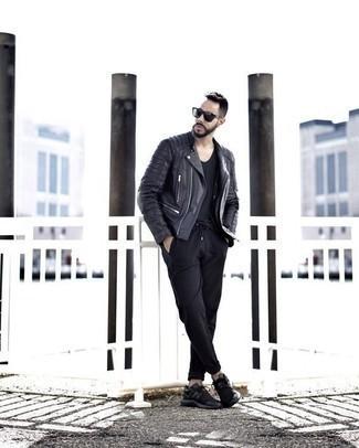Comment porter des lunettes de soleil bleu marine: Pour une tenue aussi confortable que ton canapé, pense à harmoniser une veste motard en cuir noire avec des lunettes de soleil bleu marine. D'une humeur créatrice? Assortis ta tenue avec une paire de des chaussures de sport noires.