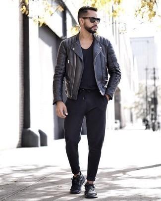 Comment porter une montre noire: Choisis une veste motard en cuir noire et une montre noire pour un look idéal le week-end. Jouez la carte classique pour les chaussures et fais d'une paire de des chaussures de sport noires ton choix de souliers.