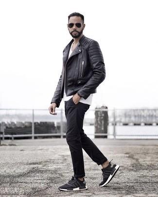 Comment s'habiller à 30 ans quand il fait chaud: Pour une tenue de tous les jours pleine de caractère et de personnalité associe une veste motard en cuir noire avec un pantalon chino noir. Jouez la carte décontractée pour les chaussures et choisis une paire de des chaussures de sport noires et blanches.