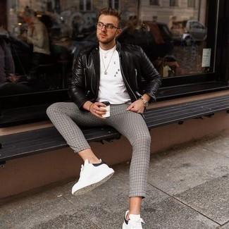 Tendances mode hommes: Marie une veste motard en cuir matelassée noire avec un pantalon chino en pied-de-poule gris pour une tenue idéale le week-end. Cette tenue se complète parfaitement avec une paire de baskets basses en cuir blanches et noires.