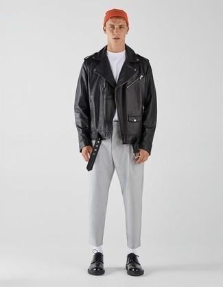 Comment s'habiller à l'adolescence: Associer une veste motard en cuir noire avec un pantalon chino gris est une option confortable pour faire des courses en ville. Une paire de chaussures derby en cuir noires apportera une esthétique classique à l'ensemble.
