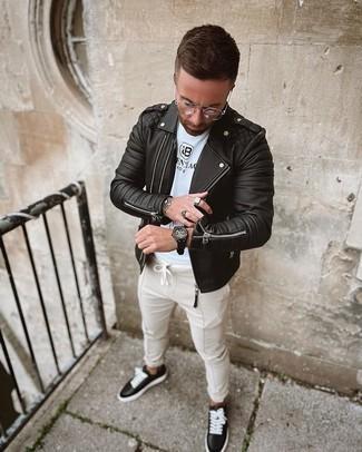 Comment porter des baskets basses en cuir noires et blanches: Harmonise une veste motard en cuir matelassée noire avec un pantalon chino beige pour une tenue idéale le week-end. Une paire de baskets basses en cuir noires et blanches est une option astucieux pour complèter cette tenue.