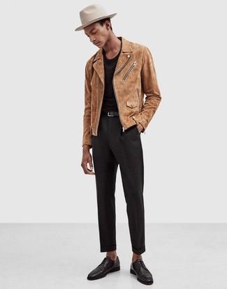 Comment porter: veste motard en daim marron clair, t-shirt à col rond noir, pantalon de costume noir, chaussures derby en cuir noires
