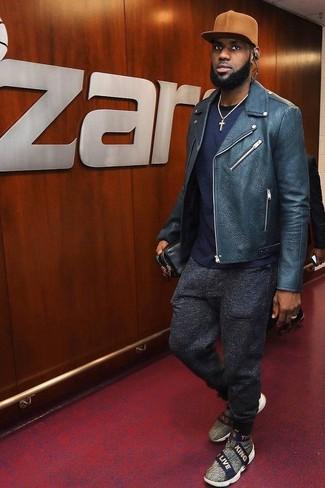 Comment porter: veste motard en cuir bleu marine, t-shirt à col rond bleu marine, pantalon de jogging en laine gris foncé, baskets à enfiler en toile grises
