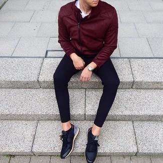 Comment porter: veste motard en daim bordeaux, t-shirt à col rond blanc, pantalon de jogging noir, baskets basses en cuir noires