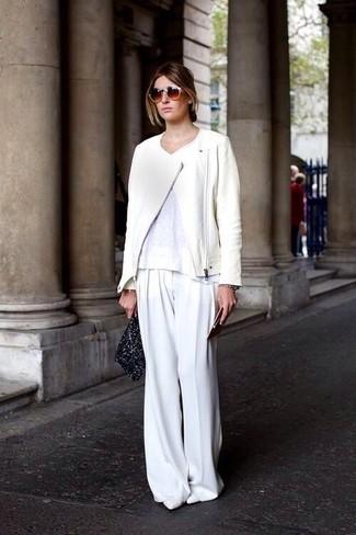 Comment porter: veste motard en cuir blanche, t-shirt à col rond blanc, pantalon large blanc, escarpins en cuir blancs