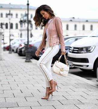 Comment porter: veste motard en cuir rose, t-shirt à col rond blanc, pantalon slim blanc, escarpins en cuir marron clair