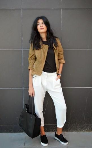 Comment porter: veste motard en daim marron, t-shirt à col rond noir, pantalon slim en soie blanc, baskets à enfiler en cuir noires