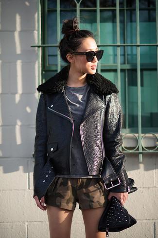 Choisis pour le confort dans une veste motard en cuir noire et une pochette en cuir ornée noire Fendi.