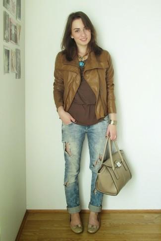 Comment porter: veste motard en cuir tabac, t-shirt à manche longue marron, jean boyfriend bleu clair, ballerines en cuir beiges