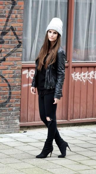 Comment porter: veste motard en cuir noire, t-shirt à manche longue noir, jean skinny déchiré noir, bottines en daim noires
