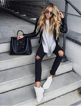 Comment porter: veste motard en cuir matelassée noire, t-shirt à manche longue gris, jean skinny déchiré noir, chaussures de sport blanches