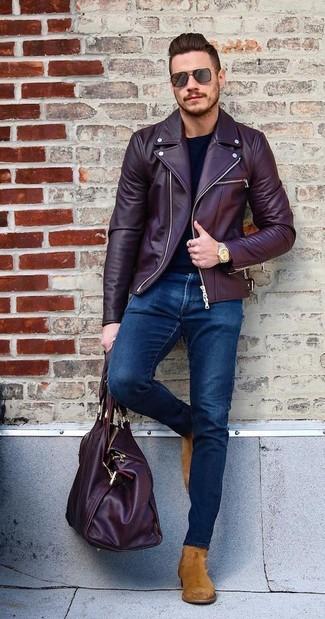 Comment porter: veste motard en cuir bordeaux, t-shirt à manche longue noir, jean skinny bleu marine, bottines chelsea en daim tabac
