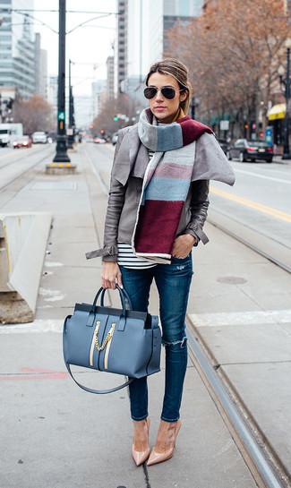 Comment porter: veste motard en cuir grise, t-shirt à manche longue à rayures horizontales blanc et noir, jean skinny déchiré bleu, escarpins en cuir marron clair