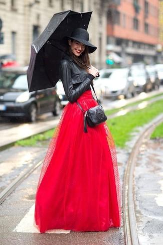 Comment porter: veste motard en cuir noire, t-shirt à manche longue noir, jupe longue de tulle rouge, sac bandoulière en cuir noir