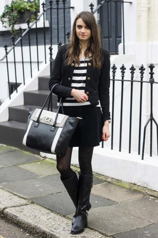 Ce combo d'une veste motard et d'une minijupe en velours noire attirera l'attention pour toutes les bonnes raisons. Une paire de des bottes hauteur genou en cuir noires apportera une esthétique classique à l'ensemble.