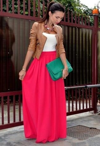 Pour une tenue de tous les jours pleine de caractère et de personnalité associe une veste motard en cuir tabac avec une jupe longue fuchsia.