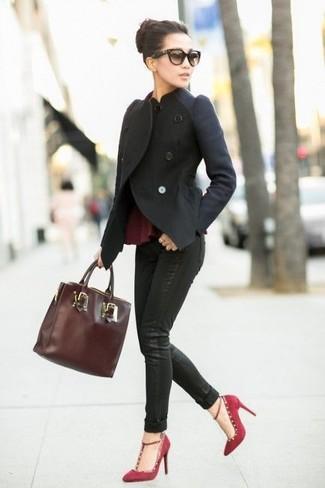 Comment porter: veste motard en laine noire, top à basque bordeaux, jean skinny noir, escarpins en daim bordeaux
