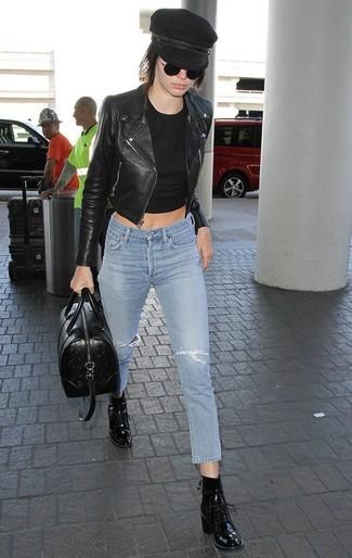 Comment porter: veste motard en cuir noire, top court noir, jean skinny déchiré bleu clair, bottines à lacets en cuir noires