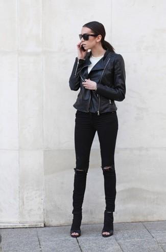 Comment porter: veste motard en cuir noire, top court blanc, jean skinny déchiré noir, bottines en daim découpées noires