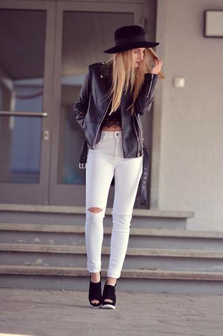 Comment porter: veste motard en cuir noire, top court en dentelle noir, jean skinny déchiré blanc, sandales compensées en daim noires