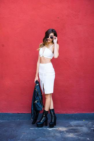 Pense à associer une veste motard en cuir noire avec une jupe crayon blanche pour créer un style chic et glamour. Une paire de des bottines à lacets en cuir épaisses noires apportera un joli contraste avec le reste du look.
