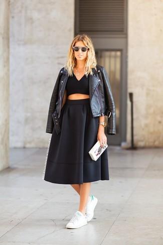 Comment porter: veste motard en cuir noire, top court noir, jupe mi-longue plissée noire, baskets basses blanc et vert