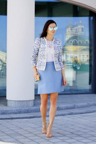 Comment porter: veste motard imprimée bleu clair, top court blanc, jupe trapèze en cuir bleu clair, sandales à talons en cuir dorées