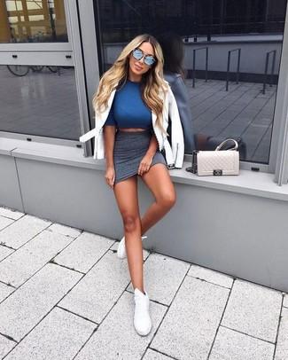Comment porter: veste motard en cuir blanche, top court bleu, minijupe gris foncé, baskets basses en cuir blanches