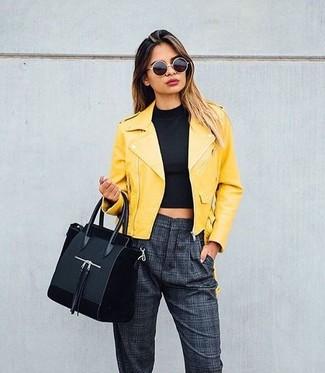 Comment porter: veste motard en cuir jaune, top court noir, pantalon carotte à carreaux gris foncé, sac fourre-tout en daim noir