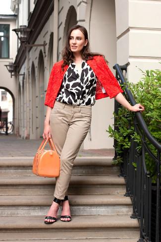 Comment porter: veste motard en dentelle rouge, top sans manches imprimé blanc et noir, jean skinny beige, sandales à talons en cuir noires