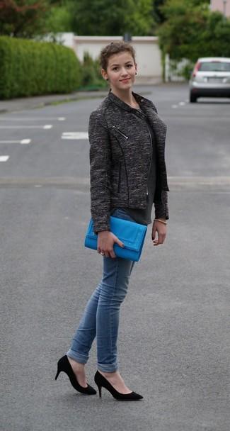 Comment porter: veste motard gris foncé, top sans manches gris foncé, jean skinny bleu, escarpins en daim noirs
