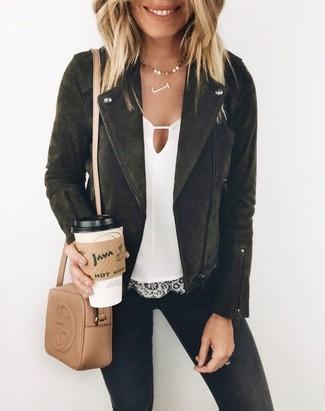 Comment porter: veste motard en daim noire, top sans manches en dentelle blanc, jean skinny noir, sac bandoulière en cuir marron clair