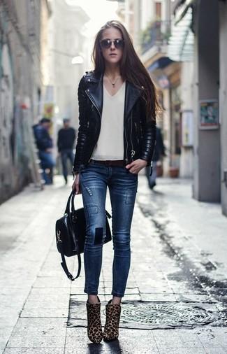 Marie une veste motard en cuir matelassée noire avec un grand sac pour une tenue idéale le week-end. Une paire de des bottines en poils de veau imprimées léopard marron clair ajoutera de l'élégance à un look simple.