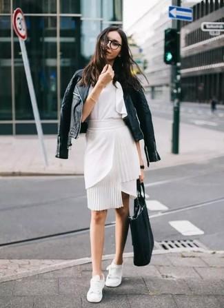 Comment porter un top sans manches à volants blanc: Porte un top sans manches à volants blanc et une jupe crayon blanche pour une tenue idéale le week-end. D'une humeur créatrice? Assortis ta tenue avec une paire de baskets basses blanches.