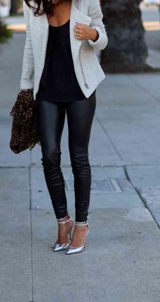 Comment porter: veste motard en laine grise, top sans manches noir, leggings en cuir noirs, escarpins en cuir découpés argentés