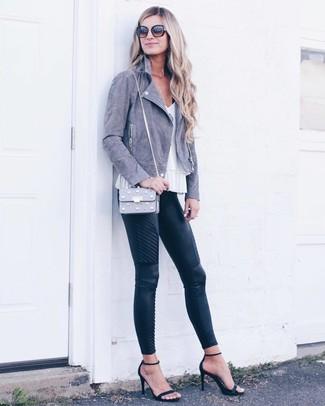 Comment porter: veste motard en daim grise, top sans manches blanc, pantalon slim en cuir matelassé noir, sandales à talons en daim noires
