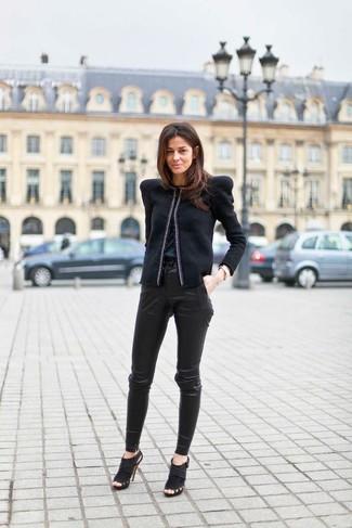 Pour créer une tenue idéale pour un déjeuner entre amis le week-end, associe une veste motard avec un pantalon slim en cuir noir. Une paire de des bottines en daim découpées noires ajoutera de l'élégance à un look simple.