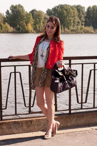 Comment porter: veste motard en dentelle rouge, top sans manches en soie blanc, short marron clair, ballerines en cuir beiges
