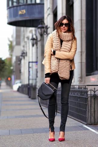 Comment porter: veste motard en cuir marron clair, tunique en tricot noire, jean skinny noir, escarpins en daim rouges