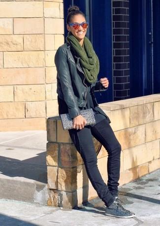 Comment porter: veste motard en cuir noire, tunique noire, jean skinny noir, baskets basses ornées grises