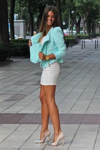 Opte pour une veste motard avec une robe moulante blanche pour achever un look chic. Une paire de des escarpins en cuir beiges est une façon simple d'améliorer ton look.