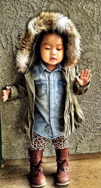 Comment porter: veste olive, chemise de ville en denim bleu clair, leggings imprimés léopard marron clair, bottes marron