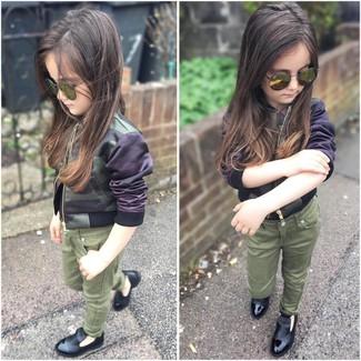 Comment porter: veste camouflage olive, jean olive, slippers noirs, lunettes de soleil olive