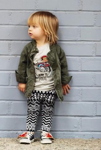 Comment porter: veste olive, t-shirt gris, pantalon de jogging noir et blanc, baskets noires